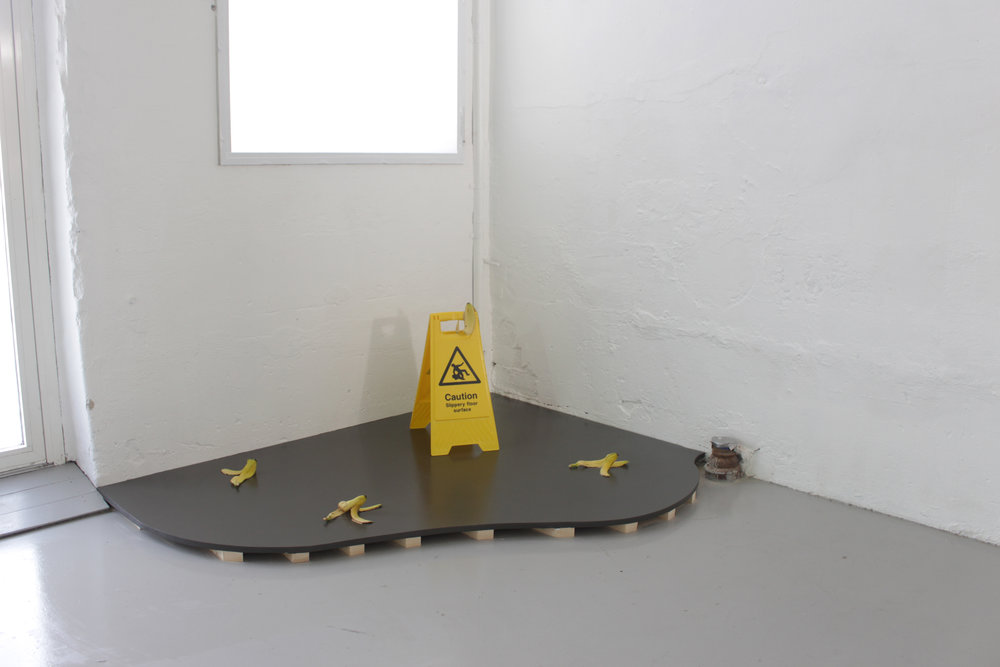 Untitled , 2018, dimensions variable (wood , slippery surface sign, banana peals). Foto: Audun Alvestad