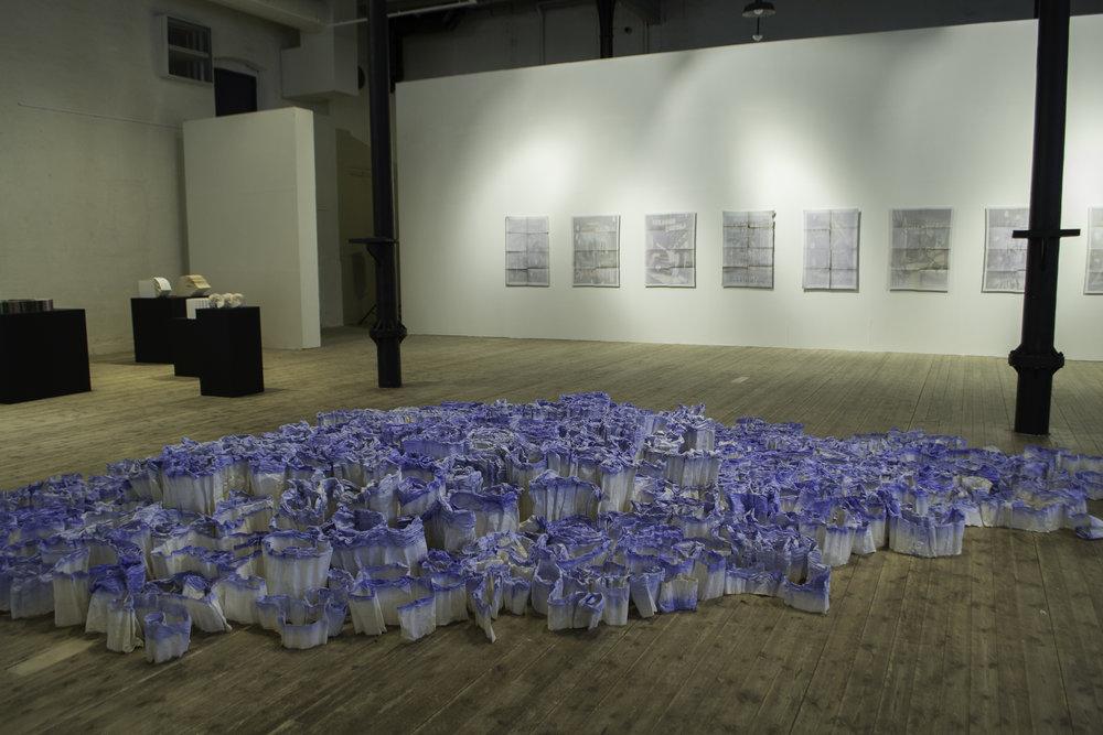 Gabriella Göransson,  Akvarell.  Installasjon. Håndlaget papir av tekstil, akvarell. Foto: Susanne Grina Lange, NIA