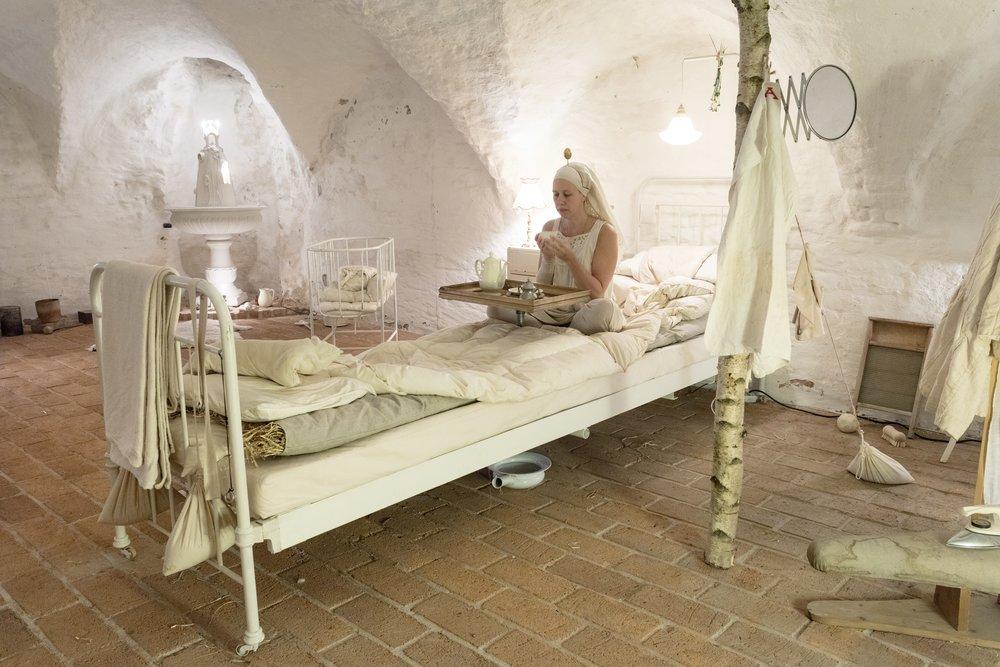 Christin Johansson,  Her Porcelain Chapel , 2018. Iscensättning, rumslig installation 2/6-16/9 och performance 2-7/6. Videodokumentation i utställningen. Foto: Pär Fredin
