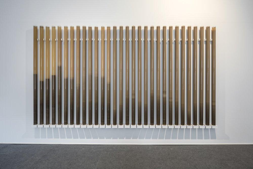 Erna E. Skúladóttir,  Horizons , 2018. Vägghängd installation. Plexiglas och terra sigillata av lokal Uppsalalera. Foto: Pär Fredin