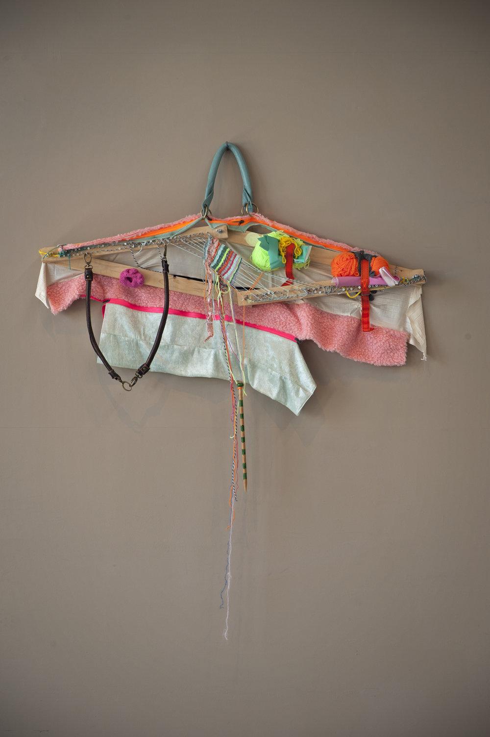 Katrine Ellefsen,  Tverrsnitt . Tekstil. Fri teknikk, tre, tekstil, skruer, garn, skinn, glidelås. Foto: Kjell S. Stenmarch