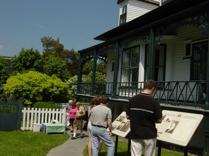 Small_exterior_tourists.jpg
