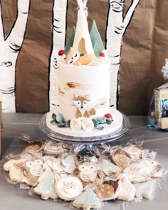 Woodland themed baby shower has been a popular request lately 😍 #woodlandcake #woodlandparty #babyshowercake #poshsweetco