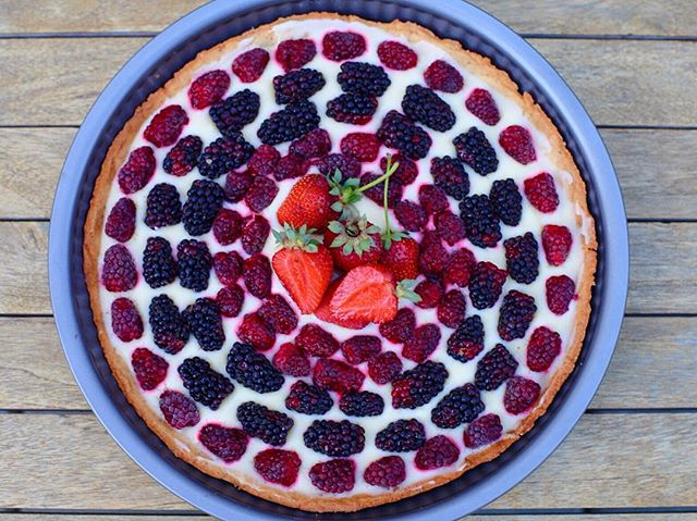 Happy 4th! The @hollywoodfarmersmarketpdx had amazing berry offerings, so I had to showcase them in this Lemon-Berry Tart. I used a @bouchon_bakery pâte sucrée crust recipe, a simple mixture of store-bought lemon curd and mascarpone cheese, and fresh Oregon loganberries, marionberries, and strawberries. #happyfourth #independenceday