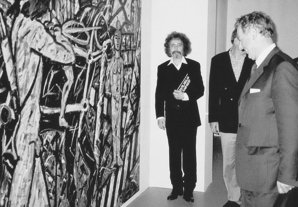 Wilhelm Jaeger im Musée Suisse, Schwyz, vor seinem Werk 'Helvetica/Wilhelm Tell' wird von Bundespräsident Adolf Ogi begrüsst. September 2000