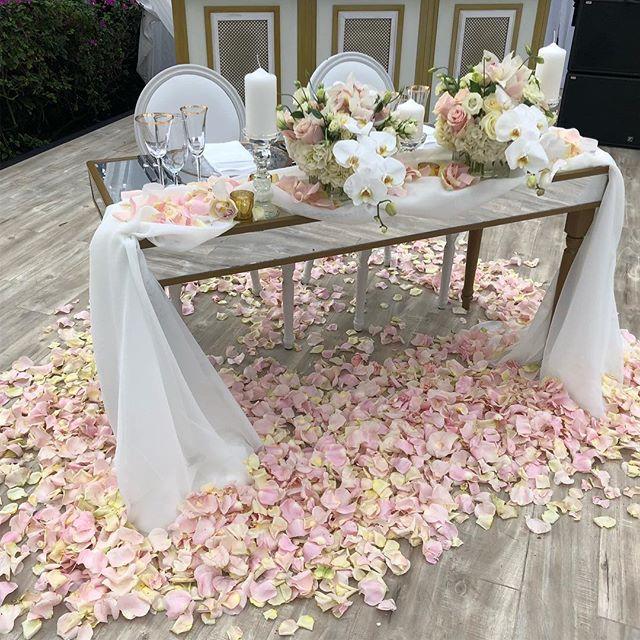 Table for ✌🏽 please... #wildlfowersevents #wildflowersbahamas #sweethearttable  #blyssfullypalatnek  @wildflowersevents  @fsoceanclub