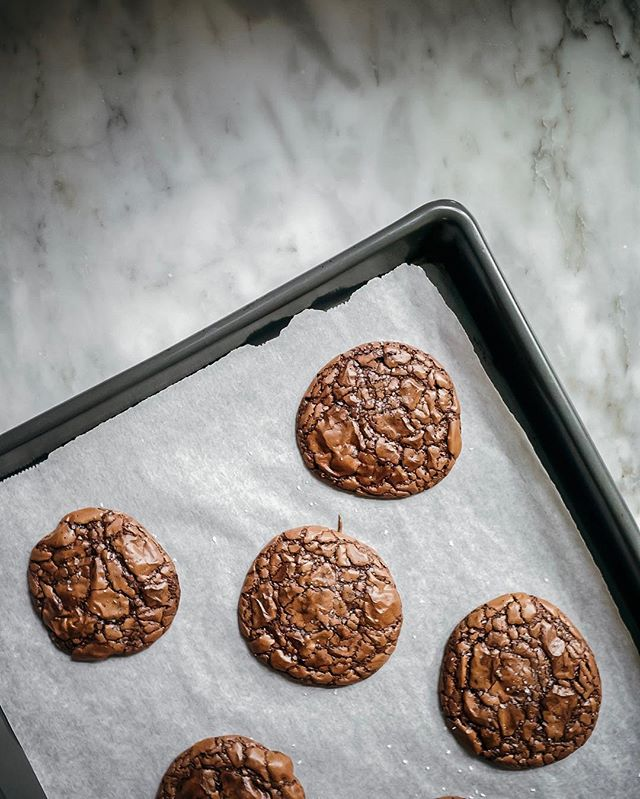 These crispy gooey chocolate brownie cookies are perfect for this rainy morning. 🍫