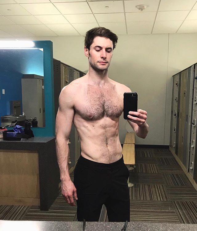 A few months ago I posted about some insecurities and my journey towards getting happy/healthy again, and I'm really proud of the progress I've been making. Take a minute today to be proud of your victories; you're allowed! Thank you @cjpawlikowski for helping me be organized and smart about the way I lift. He's the best! Happy Thursday rockstars 🤘🏼