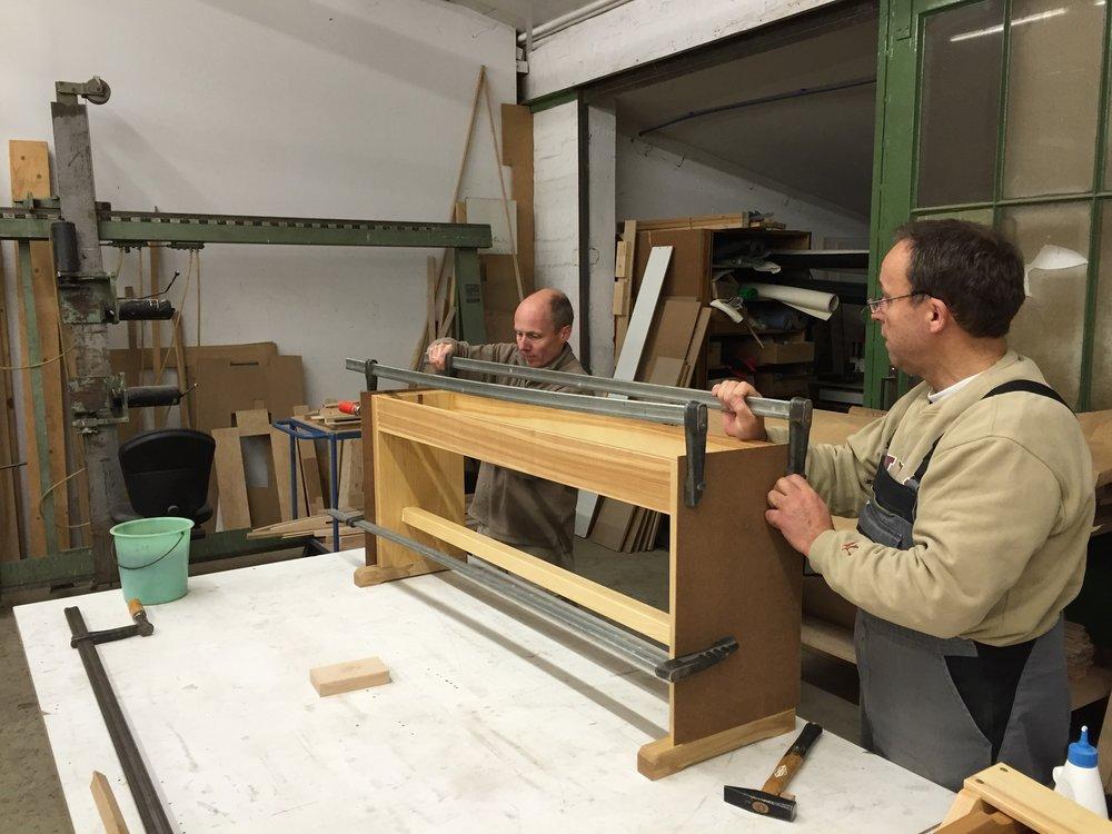 Verleimung einer Orgelbank