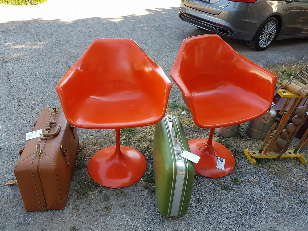 Check out the colour of these fun chairs!!
