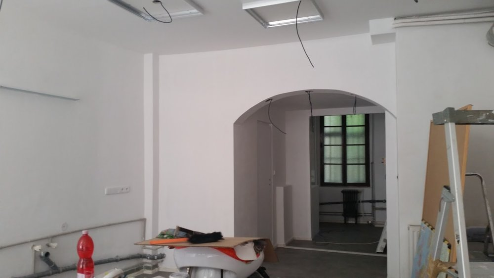 17 zahlazene zdi, dvere, cekani na svetla.jpg