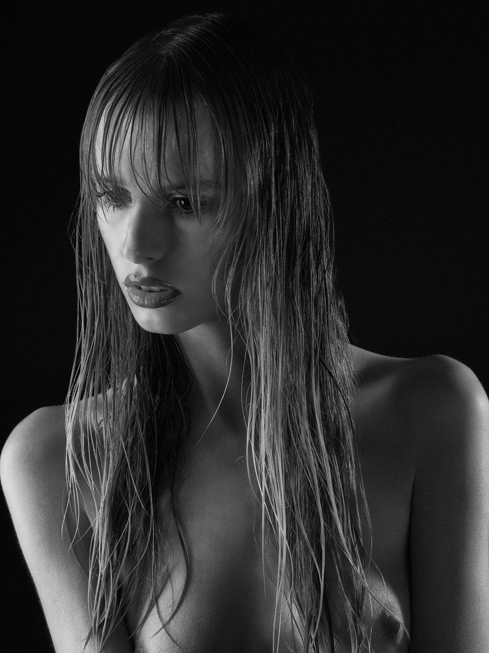 Skin: accord parfait L'oréal Paris, natural finish cream concealer Shiseido Face & Eyes: fluid sheer Giorgio Armani, mascara false lash extensions L'oréal Lips: Satin cyber MAC, rouge pur couture vernis à lèvres YSL