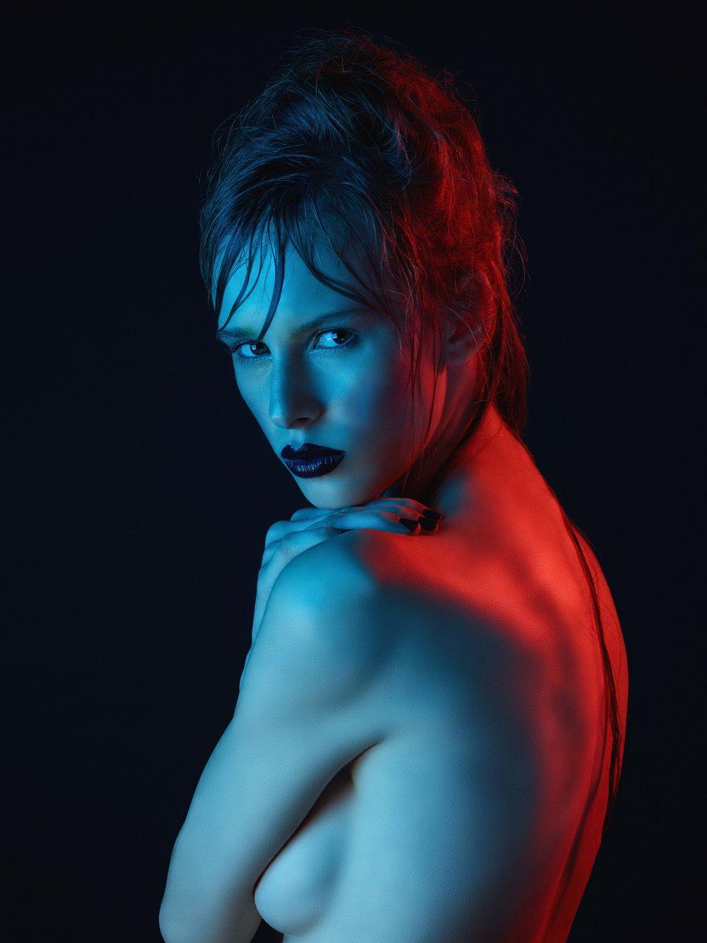 Skin: accord parfait L'oréal Paris, natural finish cream concealer Shiseido Efects blush Christian Dior Eyes: mascara false lash extensions L'oréal Lips: baton Kiko 552, golden gloss YSL