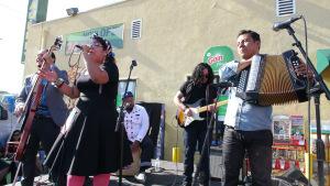 La Marisoul performing