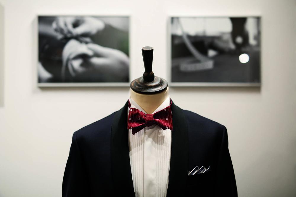 JAGGS-chemises-et-costumes-sur-mesure-Bruxelles-Waterloo-Belgique-smoking-bleu-nuit-accessoire-noeud-papillon-rouge