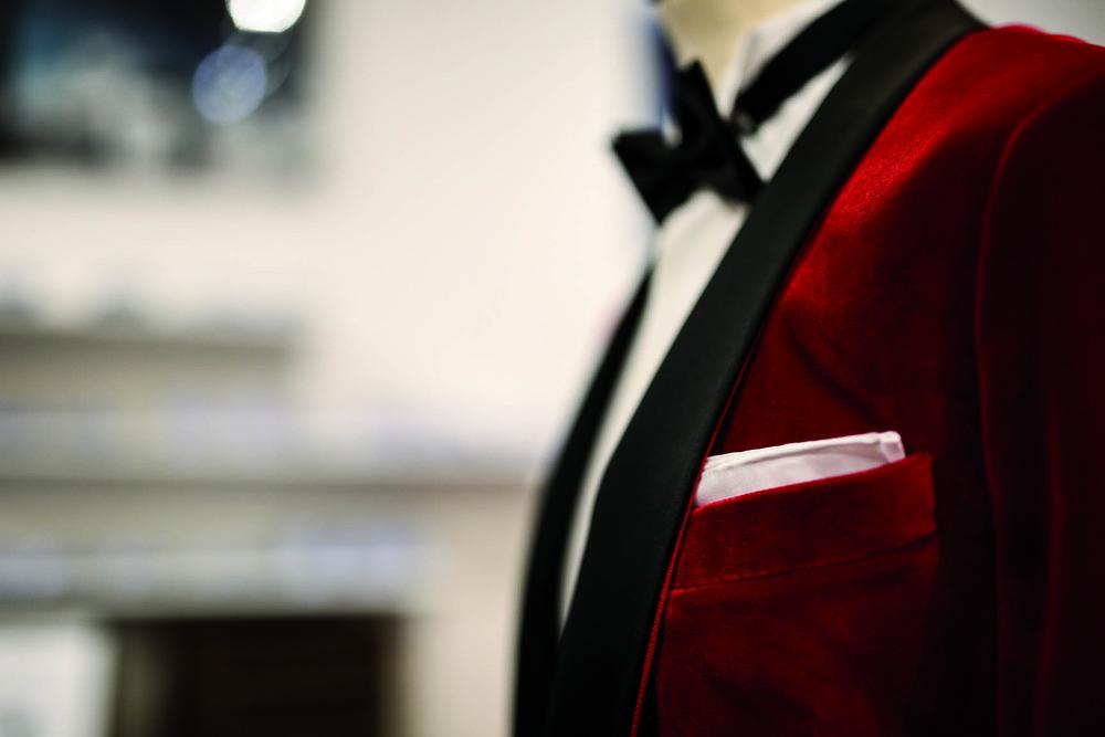 JAGGS_chemise_sur_mesure_costume_sur_mesure_Belgique_waterloo_bruxelles_Jaggs-by-JVP-smoking-rouge-noeud-papillon-noir-pochette-blanche.jpg