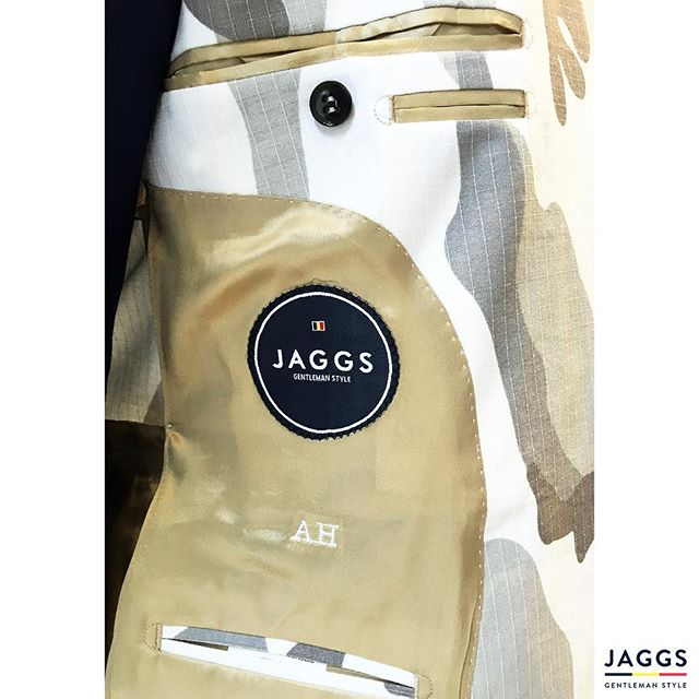 You choose your lining, we make your suit ! That's the #JAGGSSTYLE ! 🇧🇪🎩👌🏻 #JAGGS #JAGGSSTYLE #bespoke #tailormade #dapper #dandy #sprezzatura #jaggsstyle #jaggsstore #suit #shirt #bowtie #waistcoat #jacket #menstyle #belgiumbrand #waterloo