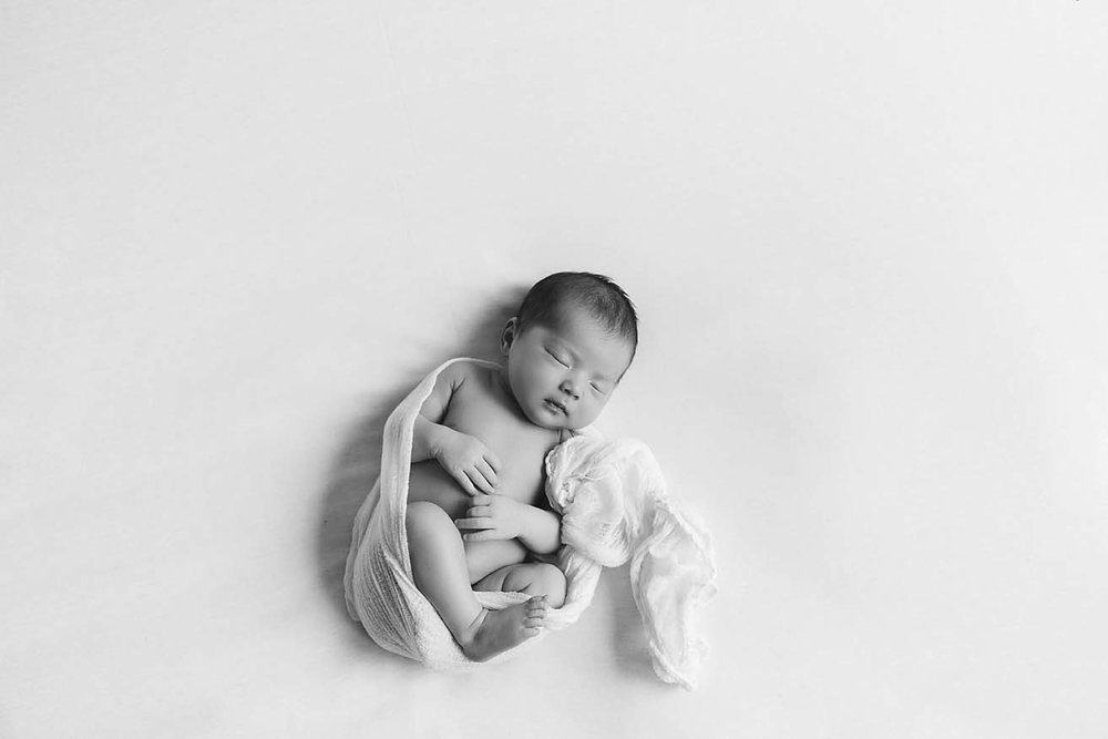 Newborn-Photography-black-and-white-toronto-baby-photographer