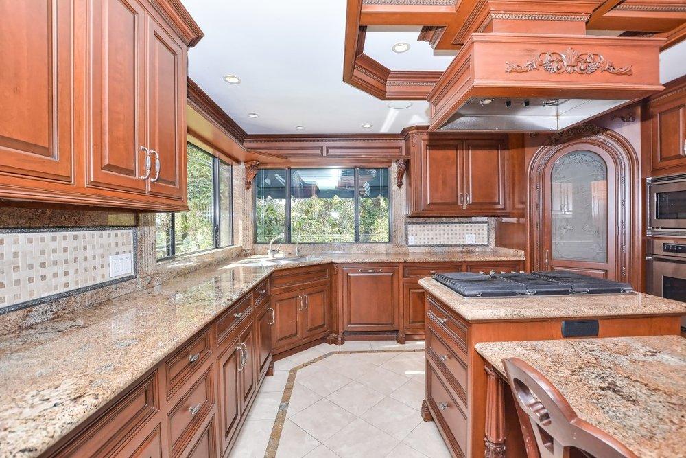 010_Kitchen (Medium).jpg