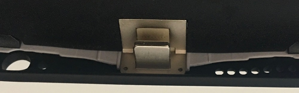 PROPRIETARY CONNECTOR INSIDE THE KUKE SMART CASE. PHOTO ©2016 STEVEN SANDE