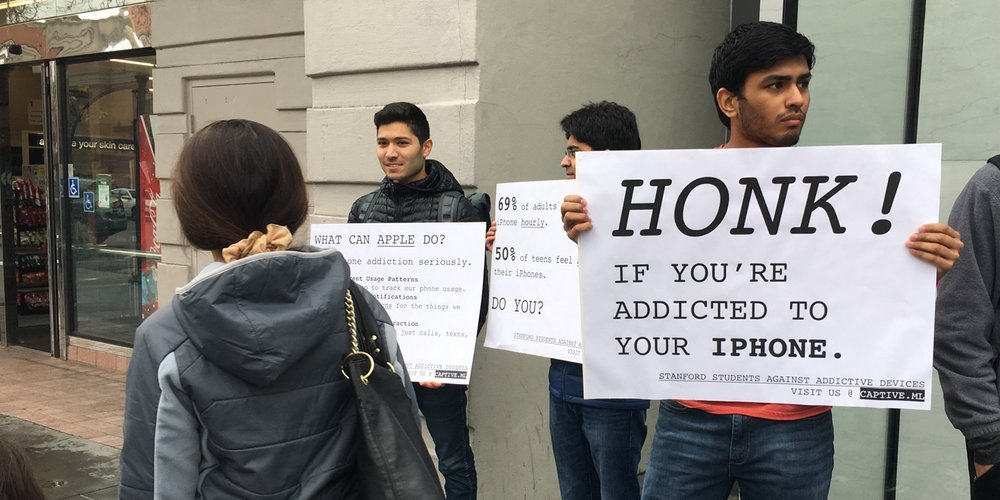 SSAAD students protest Apple's 'lack of action' regarding tech addiction. — Photo courtesy Sophie Regan/The Standford Daily