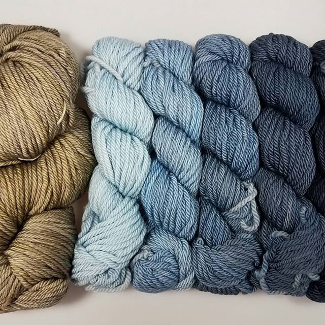 Perfect blue jean weather!😄 Wonderland Yarns combo kit:  Gravel- Walk & Hookah Smoke #3  #fiberistaclub #fiberista #knit #knitstagram #knitting #knittersofinstagram #crochet #crochetersofinstagram #yarn #yarnporn #yarnlove #wonderlandyarns #frabjousfibers #bluejeans #weekend #shawl #shawllover #shawllove