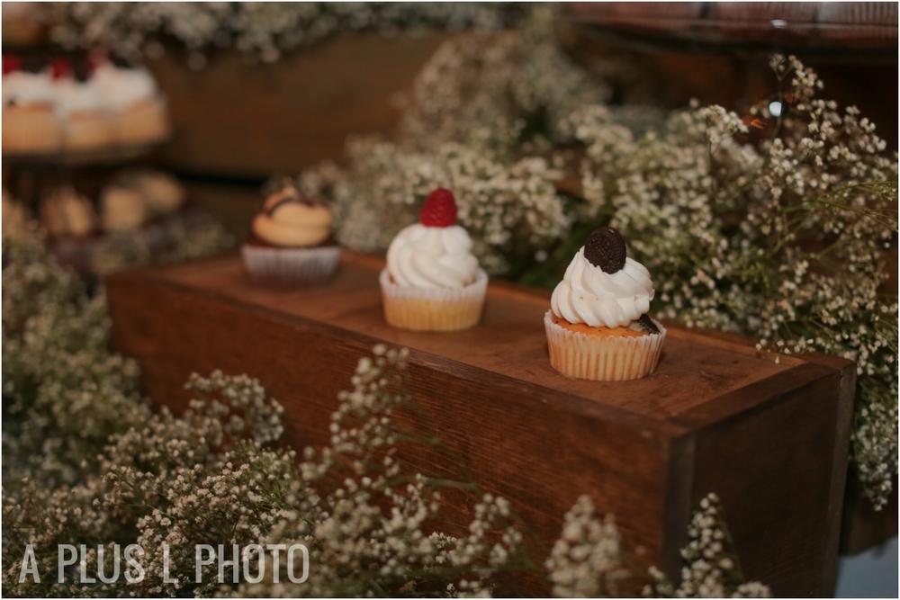 Weddding Mini Cupcakes | Via Vecchia Winery Wedding | A Plus L Photo | Portland, OR Wedding Photographers
