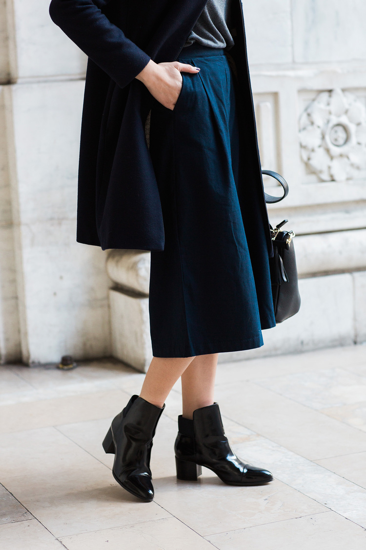 navy_pants_glossy_black_boots.jpg