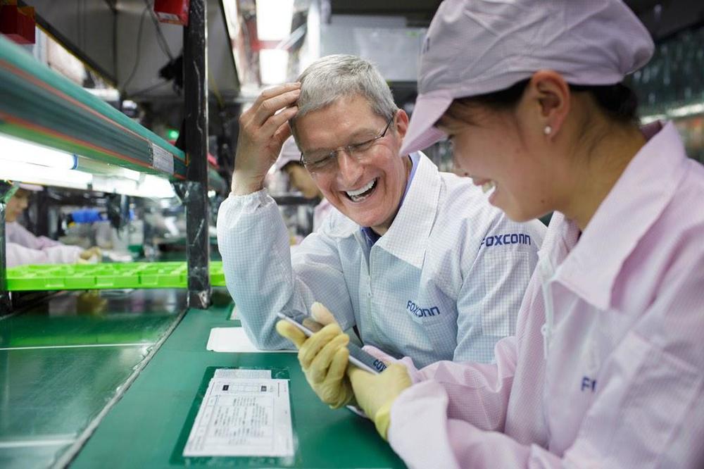 애플은 1999년부터 미국 내 공장을 폐쇄하고 제품 생산을 중국 등지에서 위탁해왔다. 잘 알려진 폭스콘이 애플 제품의 조립을 대부분 맡아온 것으로 알려져 있다. 최근 제조업의 회귀 압력에 따라서, 미국에 생산 공장 일부가 설립되었지만, 그 규모는 아직 미미한 것으로 파악된다. 샤오미는 애플처럼 철저히 위탁 생산을 한다. 샤오미의 생산 물량은 폭스콘에서도 큰 비중을 차지하고 있다.  * 사진 출처 - Tim Cook Twitter