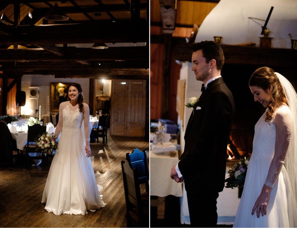 Her kommer Kamilla inn og Lasse venter spent på hva han får se (kjolen er en nydelig Jesus Peiro design og bruden er nydelig stylet på hår av Frisøren på Jarlsø.