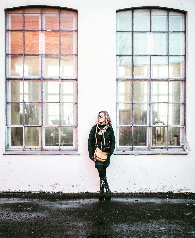 Jane - Min kjærlighetshistorie og store kjærlighet handler om Jane som etter noen år som andrefotograf hos meg forresten har begynt å bli en habil bryllupsfotograf hun også. Hun jobber i Tønsberg kommune som sykepleier.Men det hele startet på en fødestue i Tromsø der vi ble født med 5 dagers mellomrom, så vi var faktisk litt sammen allerede i det vi ble født.Så gikk det noen år og på barneskolen i 3klasse flyttet jeg til der hun bodde og derfra og ut var vi i samme klasse, vi var kjærester allerede da og så med et opphold på noen år ble vi sammen igjen og er nå gift og hverandres beste venn og kjæreste.