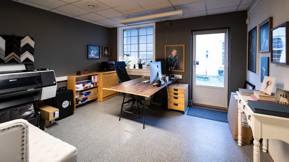 Dette er mitt kontor og visningsrom, her redigerer jeg bildene dine samt at det er her dere kommer til visningstime av bildene jeg har tatt for dere, her kan dere se vareprøver på albums, ulike veggbilder og en hel del andre spennende produkter.