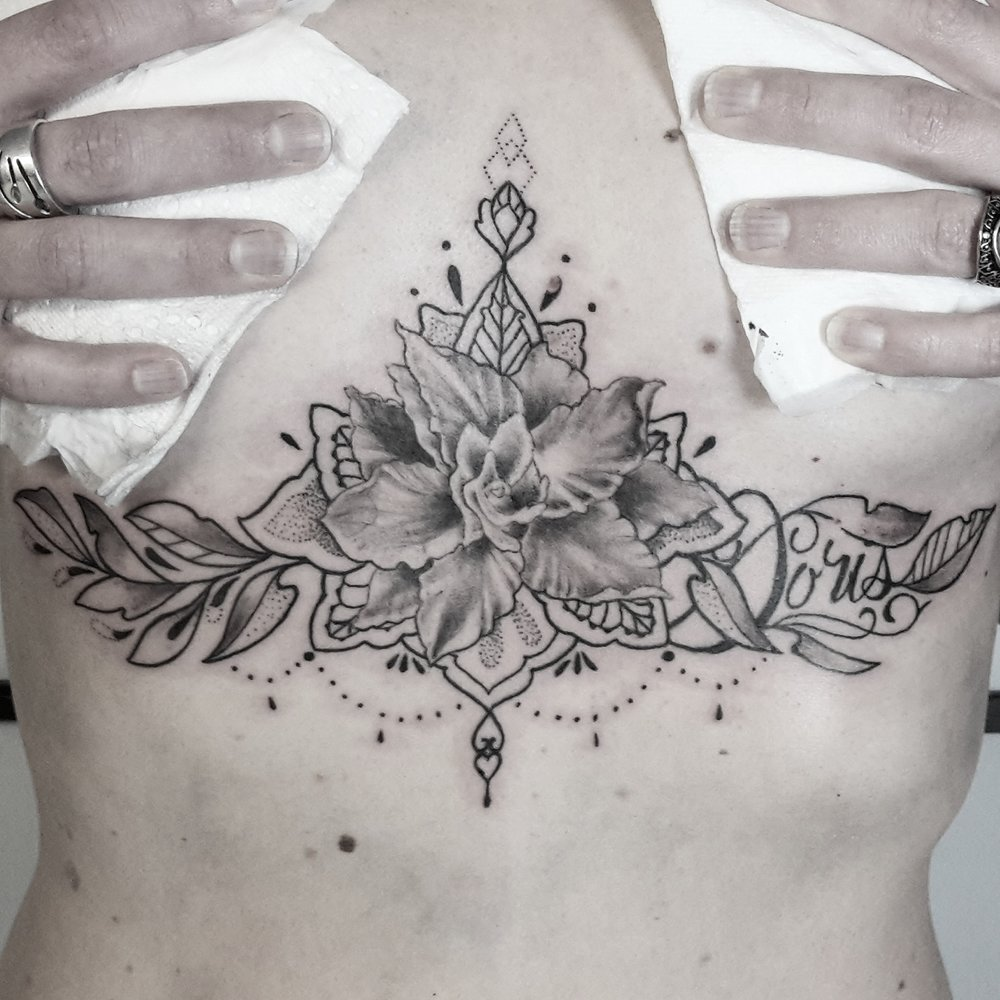 fioniverse-gil-tattoo-flower-blume-underboob.jpg