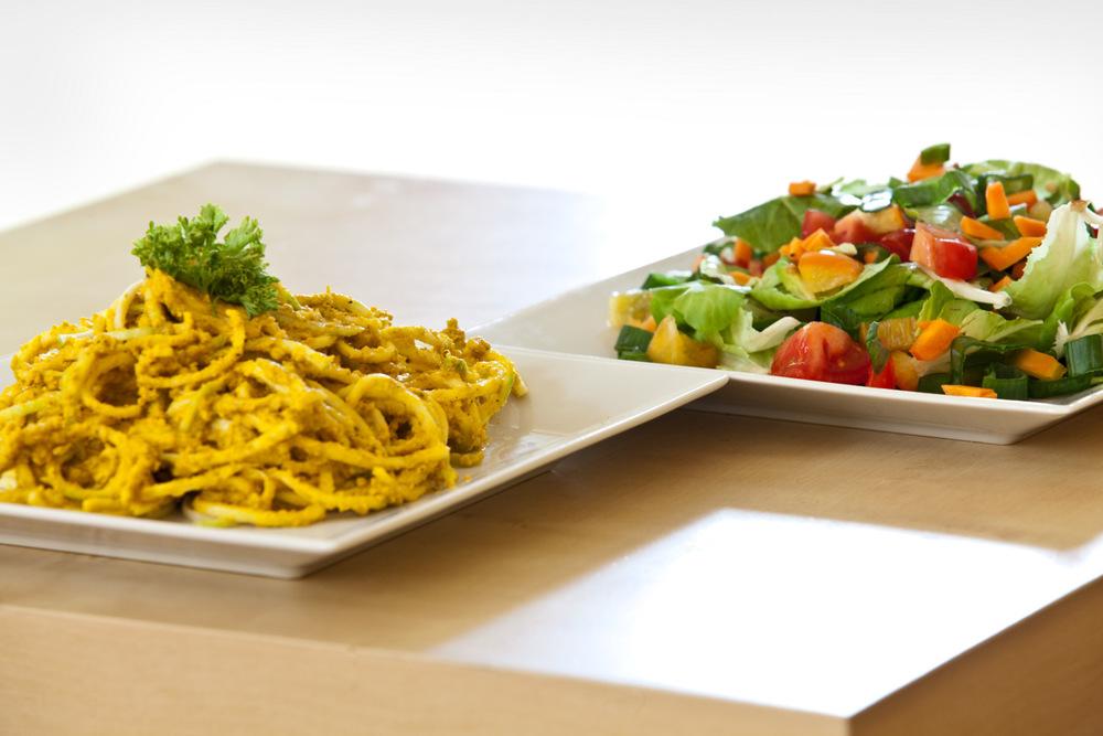 thajske curry spagety z cukety a duhovy salat.jpg