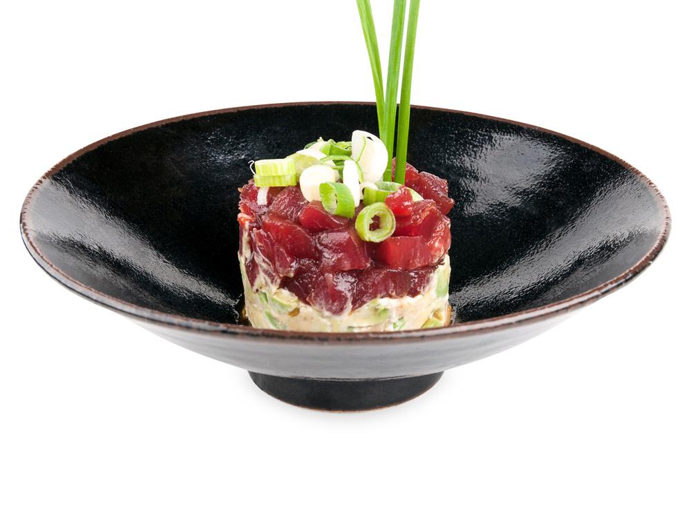 Tartar de atún blue fin marinado.  Cortado a cuchillo con un ligero tostado sobre una base de aguacate.