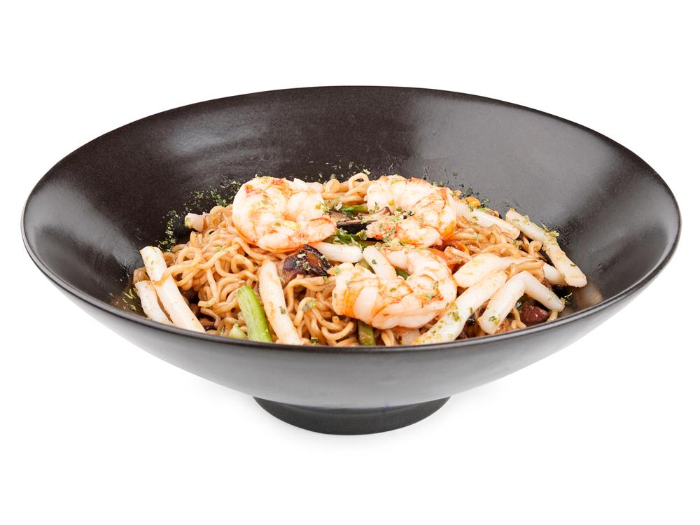 Yakisoba de marisco y verduras.  Deliciosos fideos de arroz salteados con verduras frescas, langostinos y calamar.