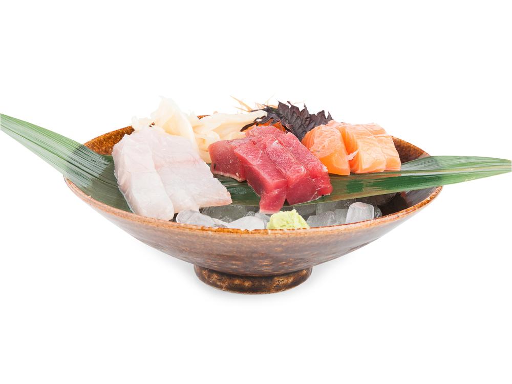 Sashimi combinado. Sobre una cama de hielo se degustan los mejores cortes de nuestros pescados del día: corvina y salmón noruego.