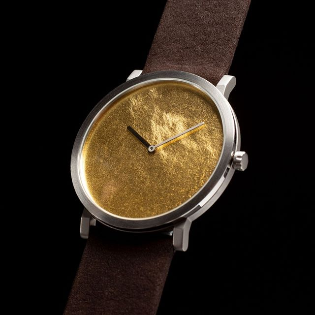 SILK with gold leaf face and black leather strap. Super flat high end quartz watch. Available for Pre-Order in March & April with a substantial discount. Link in the bio. #quartz #watch #flatwatch #quartzmovement #swissmade #dutchdesign #watches
