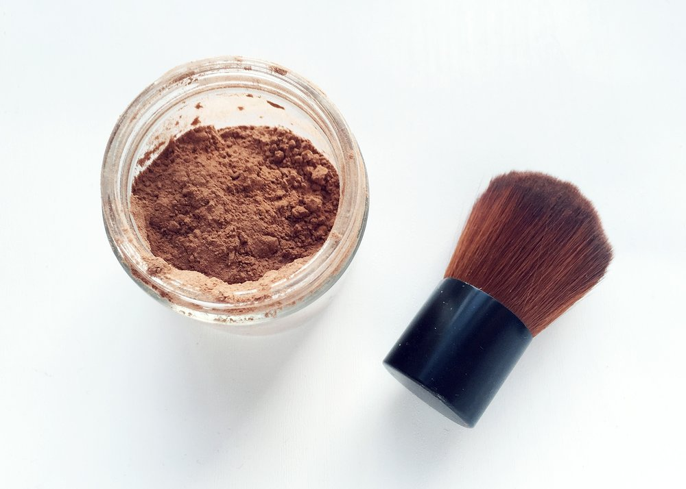 clean beauty: dry shampoo made from cocoa and arrowroot powder