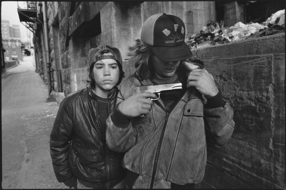 Mary Ellen Mark - Ratí and Mike with a Gun, Seattle, Washington, 1983