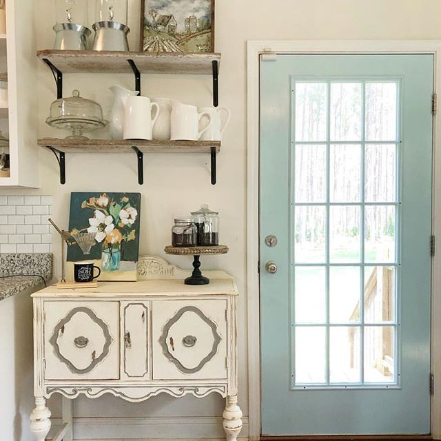 Love seeing this print staged so beautifully in the home of @thefrontporchfarmhouse - it was the first painting we did to kick off our @allaprimaparties (painting parties) here in Franklin, TN. 💛My friend @nicoleleighlamb spotted it on a @betterhomesandgardens post! Print sold by @kirklands