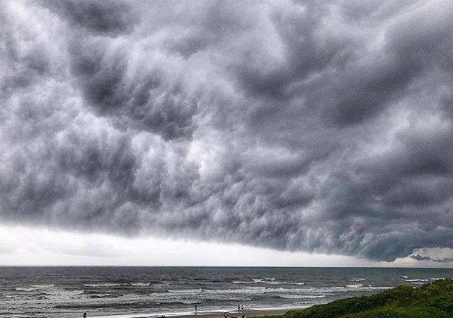 Storms roll in over Pine Knoll Shores, NC 📸: @feliciaworksout_81 #bitandgrain