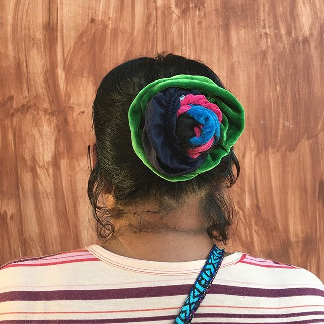 Triple scrunchie inspo 💁🏽💕#scrunchie #scrunchy #hairaccessories #hairstyle  #hairdo  #braid #fashion #instafashion #straighthair  #brown  #coolhair #美容室#美容院 #longhair #style #straight #curly #black  #streetstyle #cabello #pelo #peinado #chongo #bun #oaxaca #updo ##HERHAIRTRAVEL