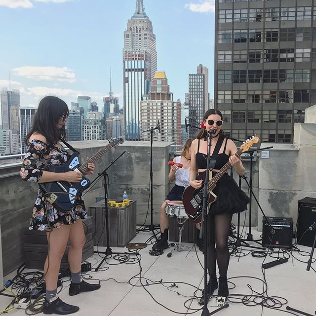 So fun playing w/ the @empirestatebldg as our backdrop yesterday! Thx 4 the gorgeous afternoon @balconytv🌞✌🏻💘 #behindthescenes