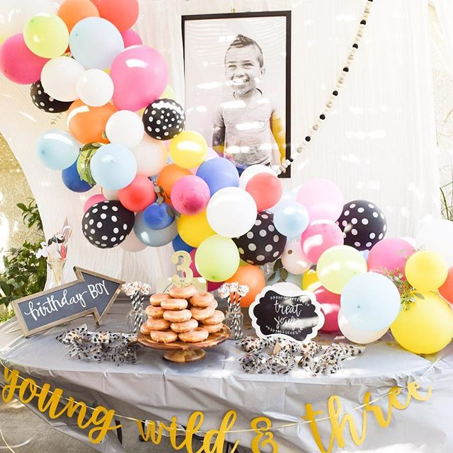 Third birthday balloon garland! Perfect for the toddler who LOVES balloons! 💕🍃🎈✨ . . . . . #photography #photoshoot #family #event #birthday #toddler #balloongarland