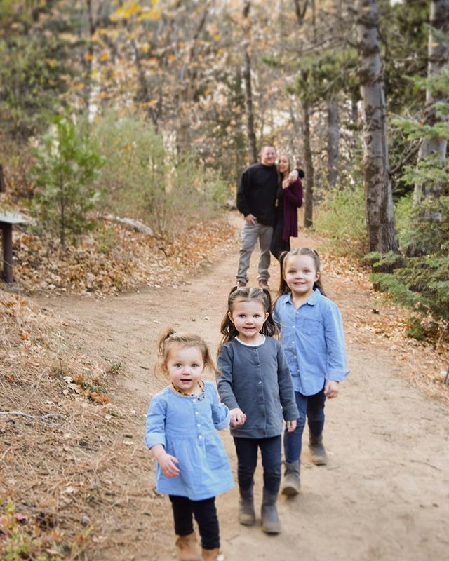 This year went by so fast didn't it? Fall and Halloween came, now we are approaching Thanksgiving! Christmas music and decorations are already up in the stores! Are you ready for Christmas cards this year?? Get a head start and have your family photos taken! 🌲💌✨ @katester__ . . . . . #photography #photooftheday #photoshoot #fall #family #christmas #christmascard #adventure #mountains #forest #toddlerlife #motherhood