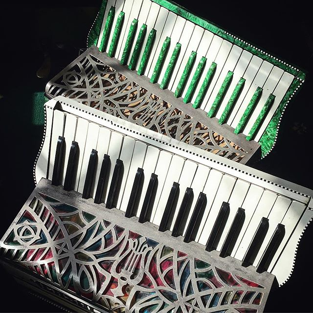 Another set of accordion twins!! 😊  The white one has an old light bulb below the grill for those times when you need to light up the grill with colour (diy job from the 50s by the looks of it) and the green one is just beautiful #AccordionAcquisitionSyndrome #twins