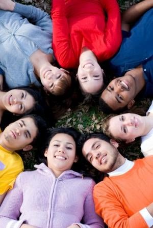 Grupo de jóvenes latinos.Microsoft Images