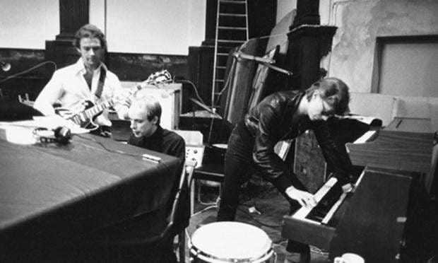 Robert Fripp, Brian Eno y David Bowie grabando en el estudio Hansa, en Berlin (1977)