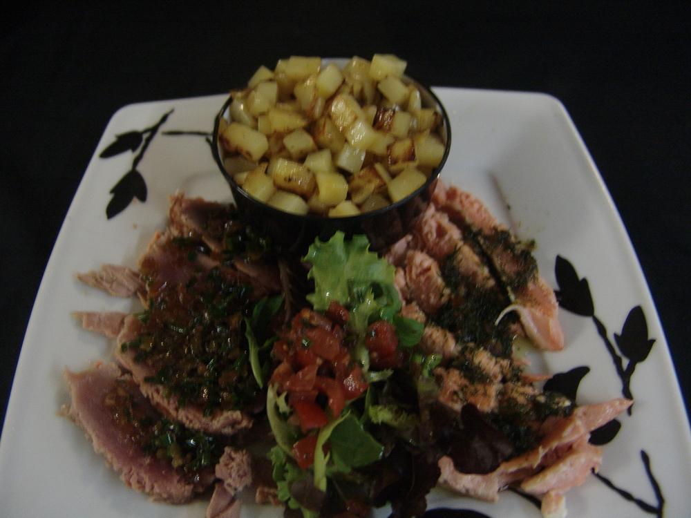 DUO DE TATAKI DE THON ET SAUMON Poisson mi-cuit servis froid accompagne de pommes de terres sautées fraîches et salade (ou légumes du jour)